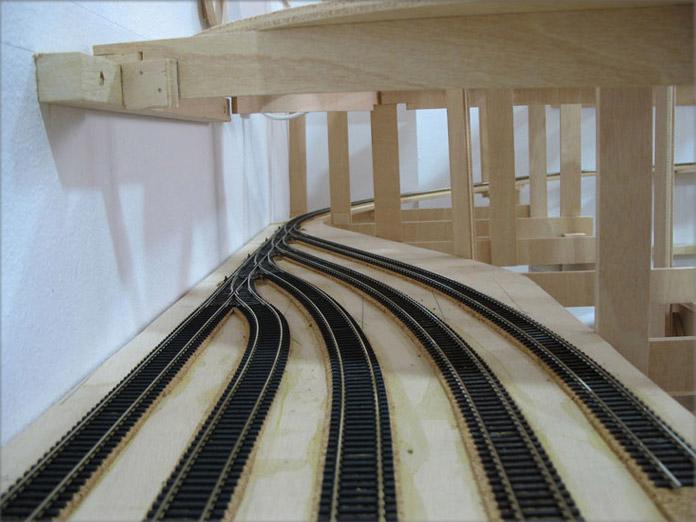 Colocación de vías en maqueta ferroviaria