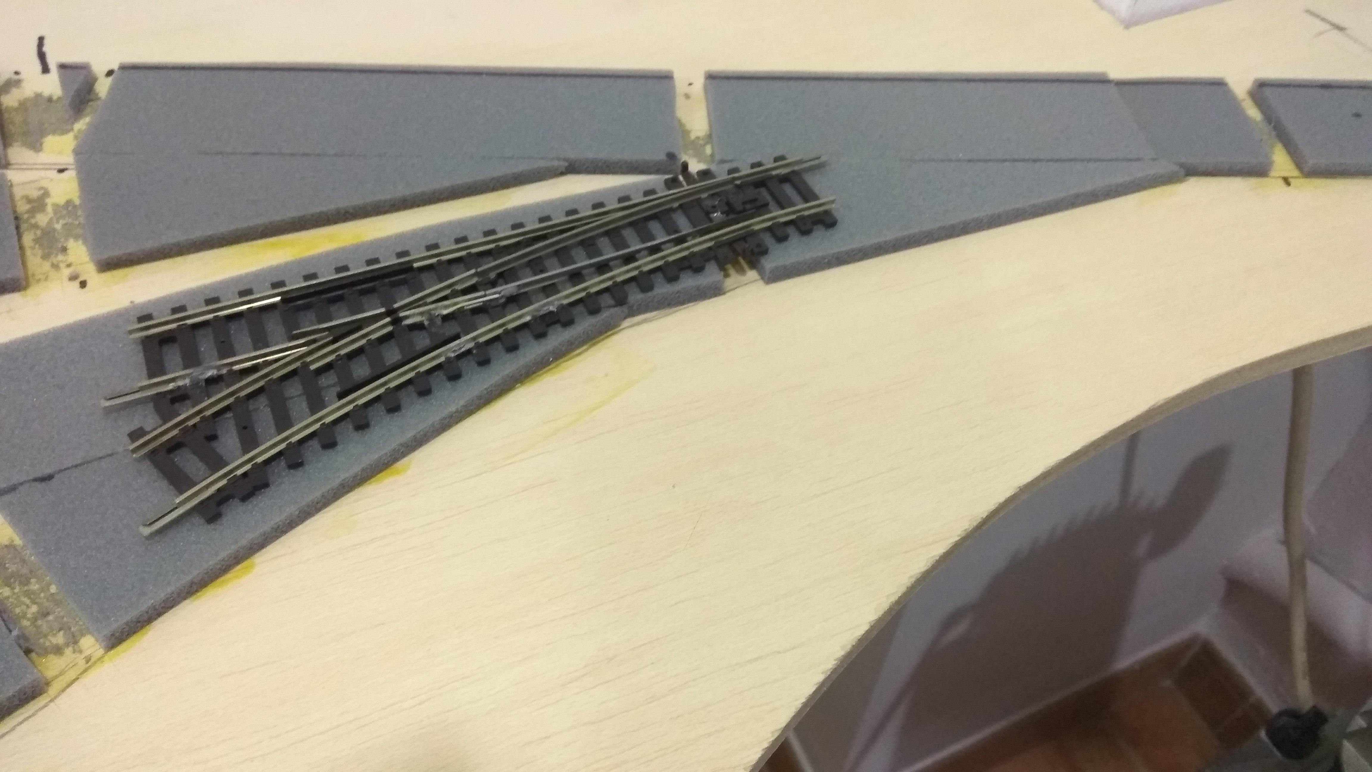 Instalación de base y vía en estación oculta de maquetra de trenes