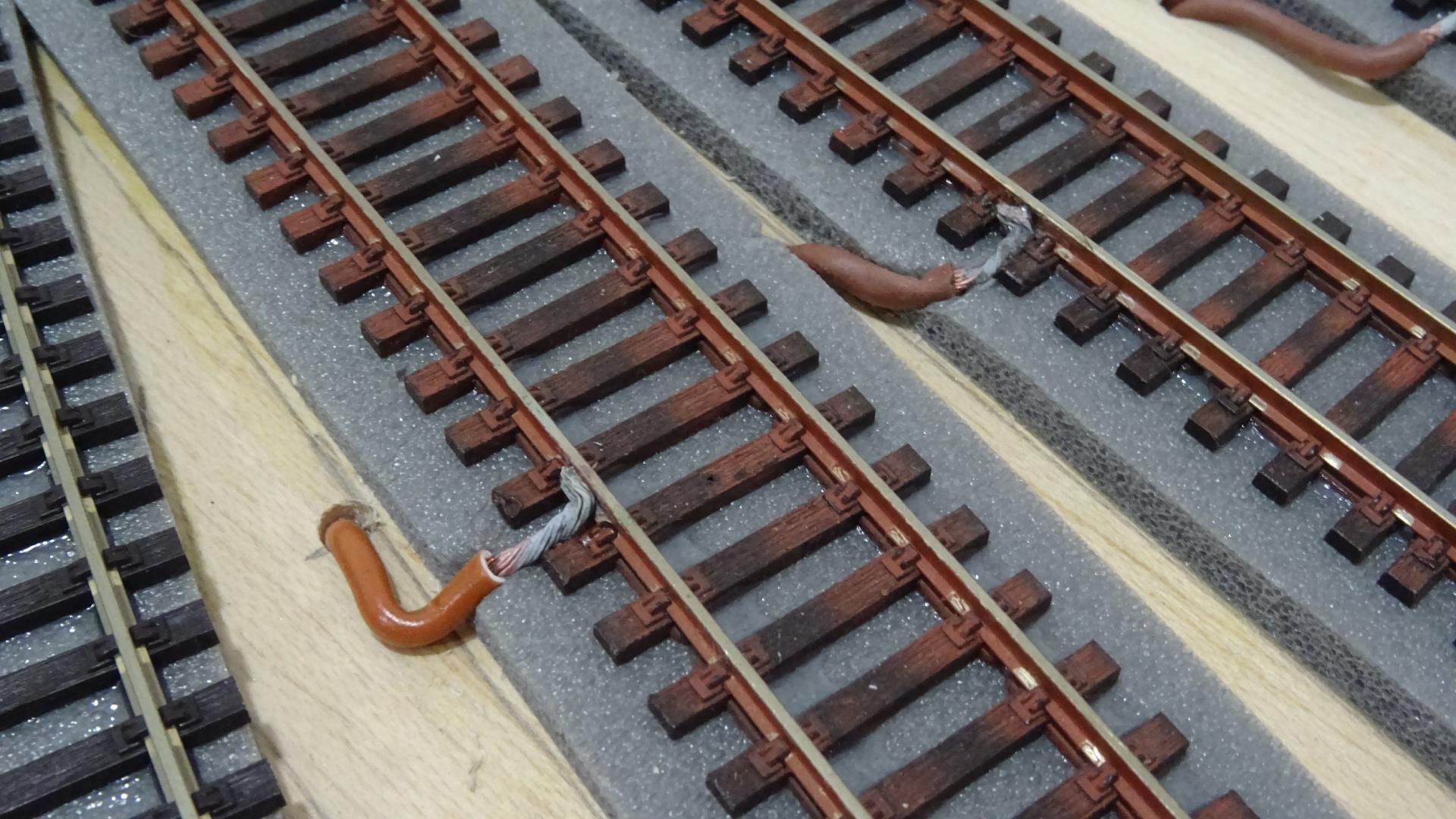 Tomas de corriente en una vía de una maqueta de trenes